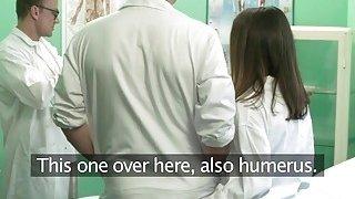 刘海医生在办公室刺青学生