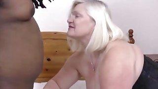 给奶奶在她湿漉漉的阴部内给予非常热烈的欢迎