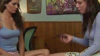 女同性恋伙伴Prinzzess和Aidra在观看色情片后做爱