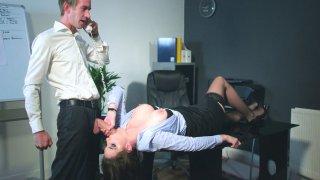 玛丽克拉伦斯在办公室吮吸丹尼D的大公鸡