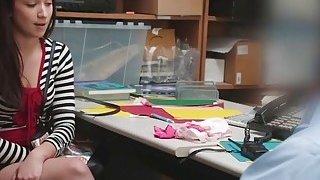 青少年小偷Naiomi Mae在办公室采取长的公鸡