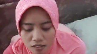 顽皮的马来西亚宝贝戴着头巾吹起公鸡并受到重击