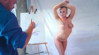 金发碧眼的贝利布鲁克为画家凯尔梅森摆姿势