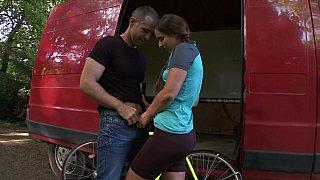 帮助骑自行车的青少年