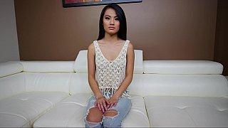 18岁华丽的亚洲人玩弄她的阴户