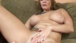 Tonya Sinn在她阴湿的猫身上使用了一个大玩具