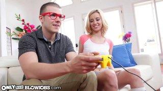 玩家女孩知道如何玩他的操纵杆