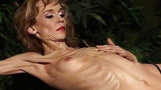 异国情调的金发女郎带,并显示她厌食症的身体独自一人