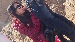 业余中国小妞和她的男友b狗狗式户外