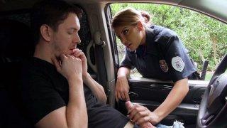 角质警察梅赛德斯卡雷拉吸吮幸运司机的公鸡