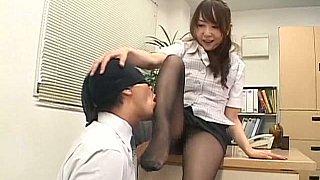 连裤袜的日本秘书把它放在桌子上