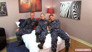 军事skank和她的朋友脱下制服和他妈的
