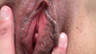 大屁股日本熟女在床上得到性交和creampied