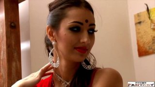可爱的印度女孩吮吸鸡巴,得到手指性交硬