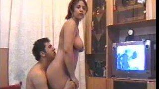 丰满的业余伊朗家庭主妇在自制视频中钻孔