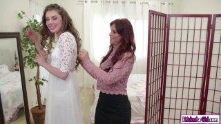 艾琳娜·科什卡(Elena Koshka)给她的继母带来了甜蜜的屁股