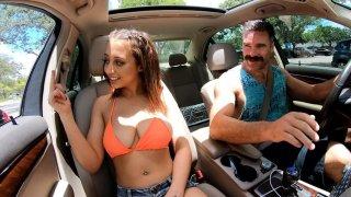 玛丽莲大厦在车里闪现她的大自然乳房