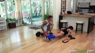 有大山雀的逗人喜爱的亚裔宝贝吹她的体育辅导员