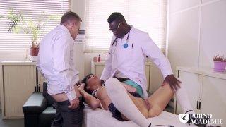 肮脏的荡妇在医生办公室有硬核异族三人组