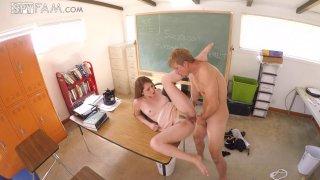 顽皮的宾博在课堂上有一个铁杆他妈的会议