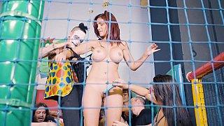 Slavegirl在球坑中受到羞辱