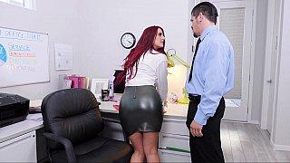 红发女郎让她的阴部舔在办公室