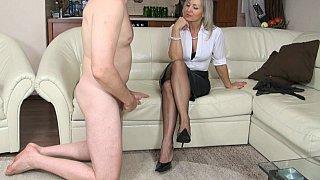 从GILF的女性统治handjob