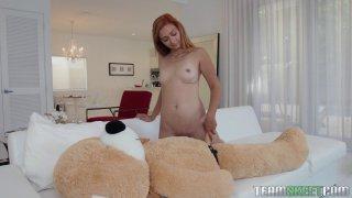 可爱的红发少女骑着一只泰迪熊和吮吸鸡巴