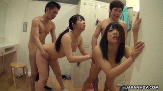 两个可爱的日本宝贝在更衣室里钻了