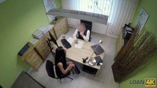 顽皮的辣妹在办公室里隐藏的凸轮上得到了狗的风格