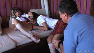 Slutty青少年Gina和Sophie Lynx互相玩弄