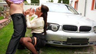 VALENTINA ROSS看到一辆豪华轿车时会变得饥渴,并且会吸引车主的屁股