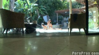 热的弯曲的荡妇Lexi&Eve在相机上抓住了女同性恋的乐趣。