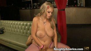 丰满的金发女郎凯蒂·科克斯对她的阴部感到满意