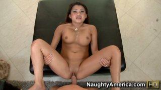 与可爱的亚洲宝贝安妮李的热pov场面。