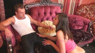粉红色的沙发准备好害羞的黑发和她湿的阴部