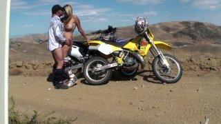 当她跪在膝盖上并从背后乱搞时,Dirtbiking变脏了