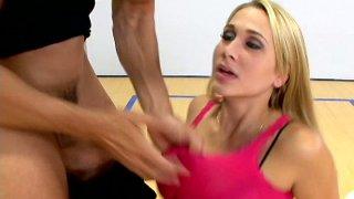 丰满的篮球迷Alanah Rae引诱教练