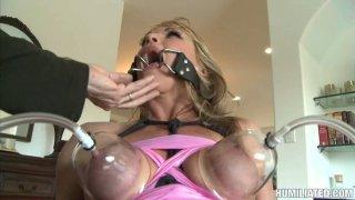 令人讨厌的奶奶Shayla Laveaux在她的嘴里乞求暨。 BDSM视频。
