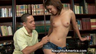 男学生在图书馆打开角质女大学生Esmi Lee的性爱
