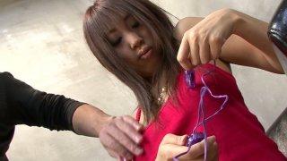 弯曲的棕色头发的荡妇绫采取小指假阳具她的毛茸茸的套