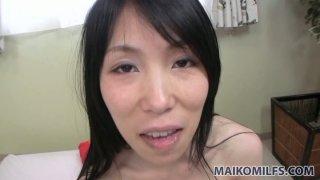 Yuko Mukai在浴室里闲逛,吹小鸡巴