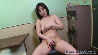 角质日本熟女Yumi Ohno在办公室里玩自己