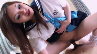 青少年日本雷纳正在进行狂热的鸡巴吮吸动作