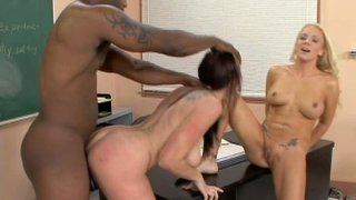 Gianna Michaels和Heidi Mayne请强烈的黑色阴茎