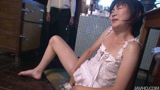 怪异和角质的家庭主妇伊藤青叶得到一个香肠在阴部和公鸡在嘴里