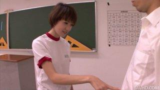 娇小的日本女孩Akina Hara口交课