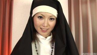 邪恶的修女Rika Sakurai吮吸了鸡巴深喉,并从背后狠狠砸了