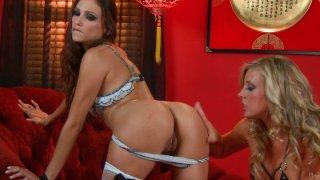 Kinky小鸡Samantha Saint&Celeste Star在红色房间手淫