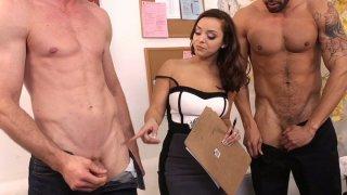 黑头Liza del Sierra提出了一个问题,他的阴茎更长